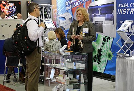Изображение сверху: Менеджер по продажам в США, Пейдж Л. объясняет заинтересованному покупателю принцип работы аллергических проб Dexall