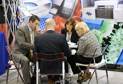 Изображение сверху: Директор продаж Джейми Р. и президент Awareness Technology Мэри Ф. общаются дистрибьюторами
