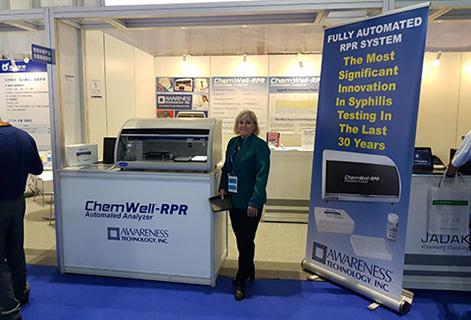 Изображение сверху: Мэри Фриман рядом с автоматическим анализатором ChemWell-RPR