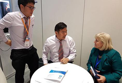 Изображение сверху: Мэри Фриман общается с клиентами