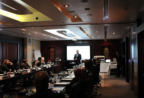 Изображение сверху: Джейми Ристайно, директор отдела продаж, обращается к дистрибьюторам Awareness Technology