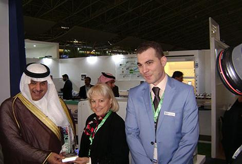 Изображение сверху: Маджид аль-Хокаир, председатель торговой палаты Саудовской Аравии, вручает Мэри Фриман и Мухаммеду Латта из Scientific Supplies награду за вклад в работу и спонсорскую помощь в организации Saudi Lab Expo 2016.