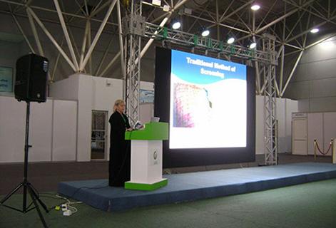 Изображение сверху: Мэри Фриман, президент Awareness Technology, Inc., ведет презентацию для группы медицинских работников на Saudi Expo 2016.  Тема доклада – растворы аллергенов Dexall и преимущества скрининговых методов Dexall по сравнению с традиционными скрининговыми методами.
